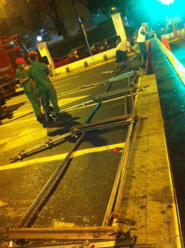 Montaje de barricadas horas antes de que se anunciaran los resultados. Palacio de Miraflores.